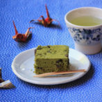 matcha cake with raisins